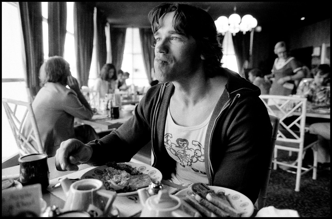 USA. Los Angeles. 1977. Arnold SCHWARZENEGGER having breakfast.